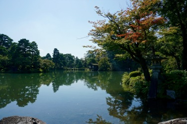 The main pond of Kenrokuen Garden